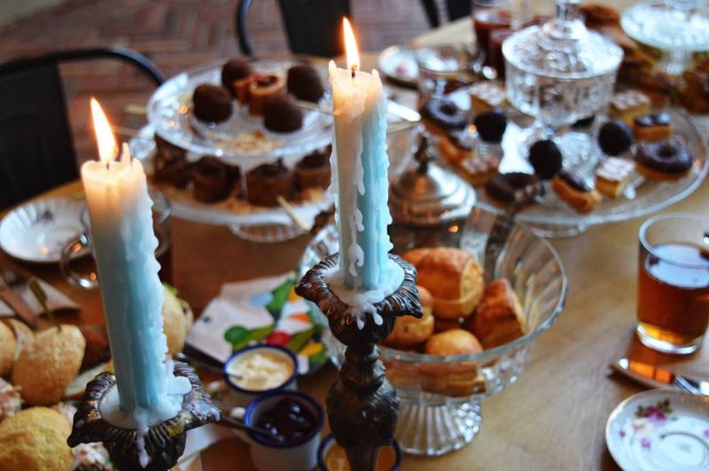 Tafel gedekt voor een high tea met diverse hapjes